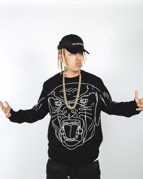 [Tip] 힙합 래퍼 도끼(1m60㎝)는 화려한 프린트의 티셔츠와 모자, 액세서리로 시선을 상반신으로 이끄는 옷차림을 즐긴다.