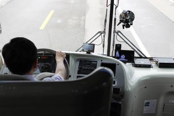 교통안전공단이 개발한 졸음운전 방지시스템은 운전자의 신체 상태와 차량의 주행 상태를 동시에 파악하는 장치들로 구성돼 있다. [사진 교통안전공단]