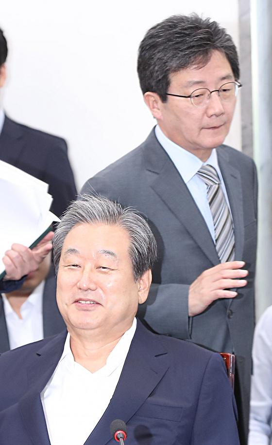 바른정당 유승민 의원이 4일 오전 국회에서 열린 의원총회에 참석해 김무성 의원 뒤를 지나 자리로 향하고 있다. [연합뉴스]