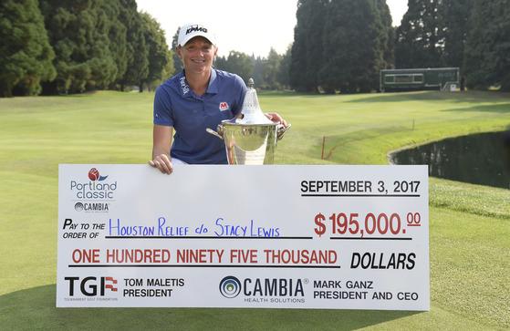 컴비아 포틀랜드 클래식에서 3년3개월 만에 LPGA투어 우승을 차지한 스테이시 루이스. 우승상금 전액을 허리케인 피해를 입은 휴스턴 지역에 기부하기로 했다. 기부 증서를 들고 환하게 웃는 루이스. [포틀랜드 AFP=연합뉴스]