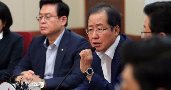 홍준표 자유한국당 대표가 지난달 31일 오전 서울 여의도 당사에서 열린 최고위원회의에서 모두발언을 하고 있다. 박종근 기자