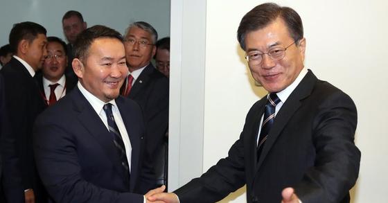 몽골 바툴과 대통령과 인사하는 문재인 대통령. [연합뉴스]