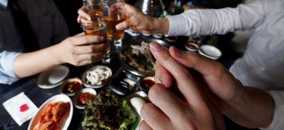 4일 서울 서대문구의 한 고깃집에서 직장인들이 삼겹살에 맥주를 마시고 있다.과다한 알코올 섭취와 비만은 통풍과 대사증후군 위험을 높인다. [우상조 기자]