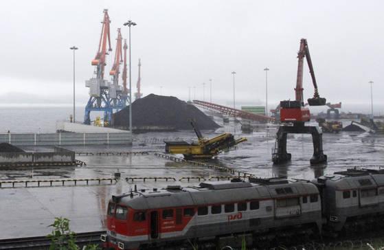 지난해 7월 북한 나진항 부두에서 중국 수출용 석탄을 선적하는 모습. [나선 AP=연합뉴스]