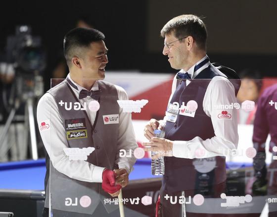 경기가 끝난 뒤 브룸달 선수(오른쪽)가 응우엔 선수를 위로하고 있다.