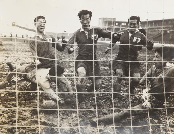 1954년 3월 7일 스위스 월드컵 아시아 예선이 열린 일본 도쿄 메이지 신궁 경기장. 한국 선수들은 진흙탕 그라운드에서 5골을 넣고 일본을 꺾었다. [사진제공=이재형 축구수집가]