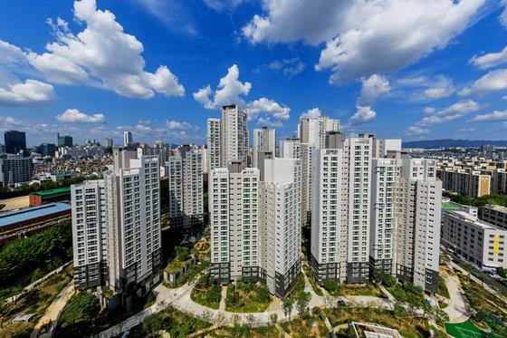 서울 강남구 대치동 옛 청실을 재건축한 래미안대치팰리스는 분양가 상한제 적용으로 저렴하게 분양된 뒤 입주 후 집값이 크게 올랐다.