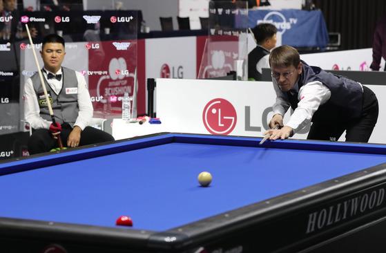 LG U+ 컵 3쿠션 마스터스 대회 개막전에서 브룸달 선수가 압도적인 기량을 보이고 있다. 브룸달은 8이닝 40분만에 베트남의 응우엔 꾸억 응우엔을 40대5로 제압했다.