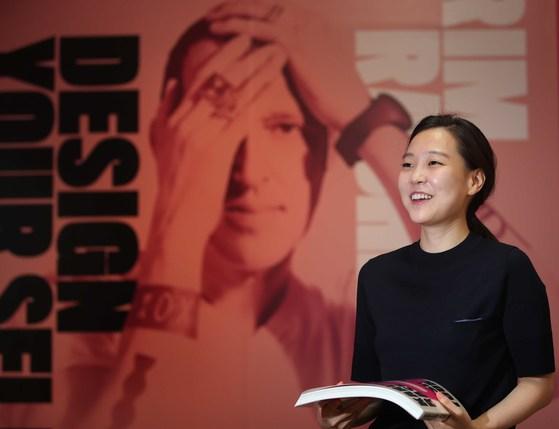 서울 예술의전당에서 열리는 '카림 라시드전'에 작품을 전시한 김민선씨가 활짝 웃고 있다. [오종택 기자]