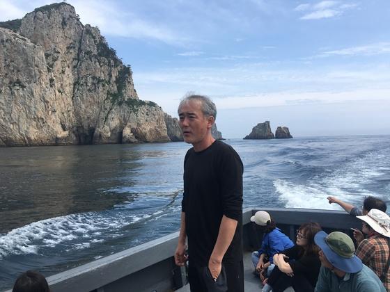"""한창훈 작가는 거문도 관광의 백미인 백도로 가는 배에서 """"고향이 있는 문학을 하자""""고 말했다."""