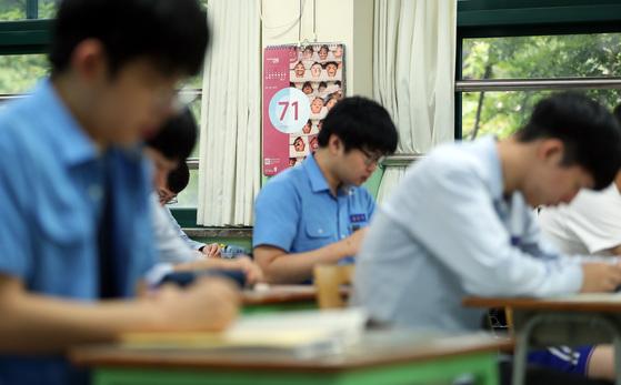 2018학년도 대학수학능력시험(11월 16일)을 앞두고 마지막 모의고사가 실시된 6일 서울 청운동 경복고등학교 3학년 교실 달력에 수능시험까지 남은 날짜가 표시돼 있다. 박종근 기자