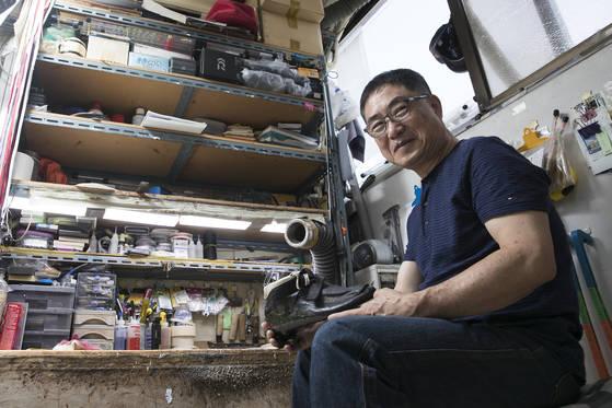 유오상 씨는 어른 무릎 높이보다 낮은 작업대 앞에서 스케이트화를 만든다. 그는등받이도 없는 의자에 앉아46년 동안 신발가죽을 꿰맸다. 이 작업대에서 한달에딱 네켤레 스케이트화가 만들어진다. 우상조 기자