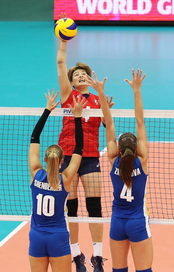 지난 7월 그랑프리 대회 카자흐스탄전에서 오른손 공격을 하는 여자 배구대표 김희진(위). 오른팔 통증 탓에 팔에 테이프를 감았다. [연합뉴스]