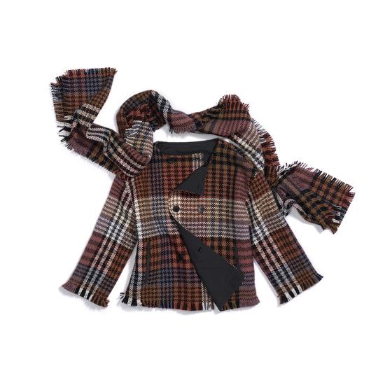 중후한 느낌의 건클럽 체크무늬 가디건과 머플러. 따뜻한 느낌이 나는 건클럽 체크 패턴은 가을겨울에 특히 활용도가 높다.[사진 로로피아나]