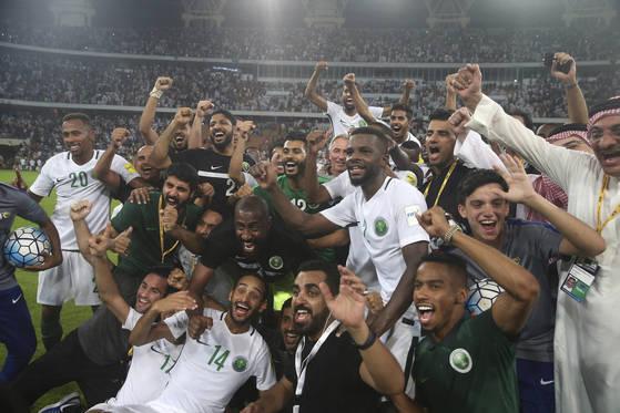 러시아 월드컵 본선 진출에 성공한 뒤 환호하는 사우디아라비아 축구대표팀 선수들. [제다 AP=연합뉴스]