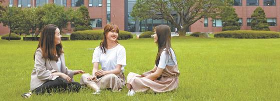 수원대 수시 모집에 합격한 박효진·정하나·송희원씨(왼쪽부터)가 대학 본관 앞 잔디밭에 앉아 합격 비결에 대해 얘기하고 있다.
