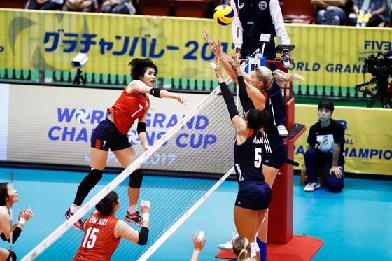6일 일본 도쿄에서 열린 2017 그랜드챔피언스컵 2차전 미국과 경기에서 공격을 시도하는 이재영(왼쪽). [국제배구연맹]