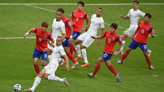 지난 2014년 브라질 월드컵에서 맞붙은 한국(붉은색)과 알제리(흰색) 선수들. [중앙포토]
