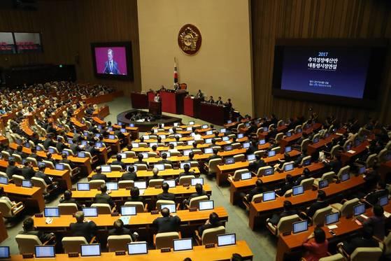 6월 12일 국회에서 문재인 대통령의 시정연설을 청취하는 국회의원들. [중앙포토]