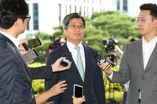 김명수 대법원장 후보자가 지난달 22일 오후 양승태 대법원장과 만나기위해 서울 서초구 대법원으로 들어서고 있다. 장진영 기자