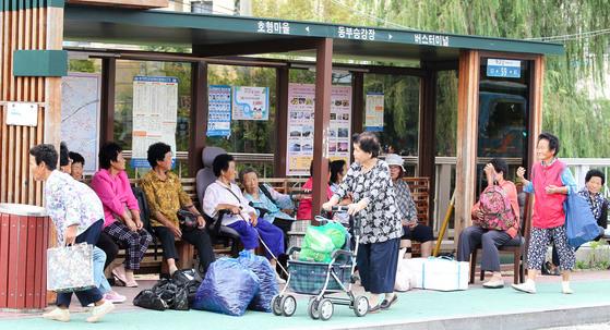 전남 고흥군 고흥읍 장날인 지난 4일 오전 할머니들이 읍내 정류장에서 버스를 기다리고 있다. 프리랜서 장정필