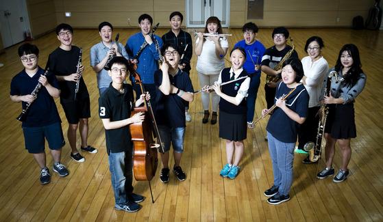 한우리윈드오케스트라는 발달장애인들 중심으로 구성됐다. 문화센터 직원으로 취업하게 된 단원들이 지난달 31일 오후 서울 서초구 한우리정보문화센터에서 악기를 들고 포즈를 취했다. 장진영 기자