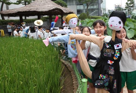 미동초등생들이 6일 서울 서대문 농업박물관에서 자신들이 만든 허수아비를 선보이고 있다. 오종택 기자