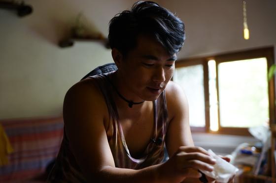 올해로 딸기농사 3년차인 초보 농사꾼 권두현(사진) 씨는 최근 개봉한 다큐멘터리 영화 '파밍보이즈(Farming Boys)'에 출연했다. 농사에 뜻을 둔 세 청년이 세계 농장을 찾아다닌 여정을 담았다. [사진 영화사 진진]