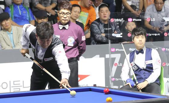 2017 LG U+ 컵 3쿠션 마스터스 대회 개막전에서 이충복 선수가 김행직 선수가 지켜보는 가운데 스트로크를 하고 있다.이 선수가 40대25로 승리했다.