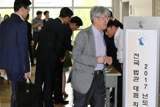 지난 6월 19일 경기도 고양시 사법연수원에서전국법관대표회의에 참석한 각급 법원의 법관 대표들이 회의장으로 들어가고 있다. 조문규 기자