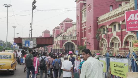 수많은 열차의 출발역이자 종착역인 콜카타 하우라역.