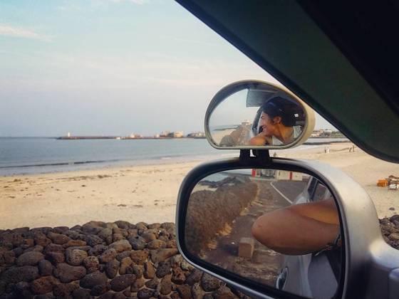 제주 앞바다를 바라보는 김태호 씨. 그는 이 바다가 좋아서 제주로 이주했다. [사진 김태호 씨]