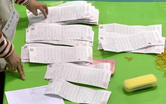 제19대 대통령선거가 마감된 9일 오후 대전 충무체육관에 마련된 대선 개표소에서 개표사무원들이 속속 도착한 투표함을 개표하고 있다. 김성태 기자