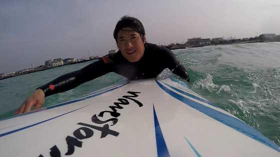 김태호 씨가 서핑을 하고 있다. 일을 하지 않는 날이면 어김없이 바다로 나가 서핑을 한다. [사진 김태호 씨]