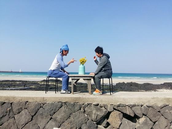 김태호 씨(왼쪽)가 '제주 엄마'와 세화해변에 앉아 있다. 태호 씨는 제주로 이주하기 전 스탭으로 두 달 간 일했던 게스트하우스 대표를 '제주 엄마'라고 부른다. 그는 지금 다음 1년을 준비 중이다. [사진 김태호]