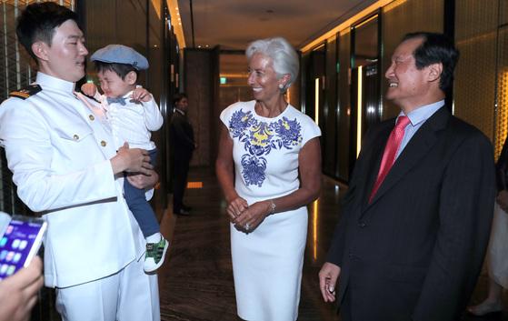 방한중인 크리스틴 라가르드 IMF 총재(가운데)가 7일 오후 윤증현 전 기획재정부 장관과 만나 저녁식사를 함께 했다. 라가르드 총재가 윤 전장관의 외손자를 바라보고 있다. 박종근 기자