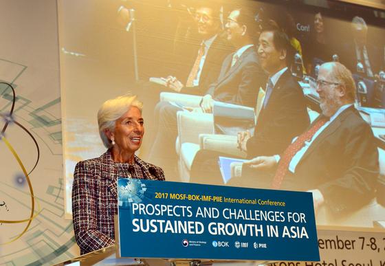7~8일 서울 종로구 포시즌스호텔에서 열린 '2017년 기획재정부-한국은행-IMF- 피터슨연구소 국제 컨퍼런스'에서 축사를 하고 있는 라가르드 국제통화기금(IMF) 총재 [뉴시스]