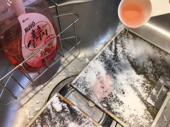 깔끔하게 닦을 수 있도록 주방세제도 한 스푼 듬뿍. 모두 망에 골고루 묻도록 해야한다.