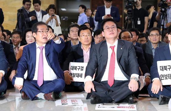 자유한국당은 8일 오전 국회 로텐더홀에서 홍준표 대표와 정우택 원내대표를 비롯한 의원 00여명이 참석한 가운데 보이스 오브 자유한국 릴레이 발언대 행사를 열고 북핵대책 즉각 강구 등을 요구했다.조문규 기자