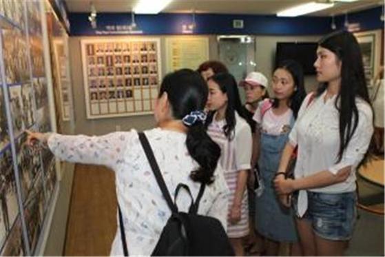 대구경찰청을 찾은 중국·대만 여행기획자와 언론인들이 전시물을 보고 있다. [사진 대구경찰청]