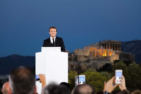 7일(현지시간) 고대 아테네 민주주의의 상징적 장소로 유명한 프닉스 언덕에서 연설하는 에마뉘엘 마크롱 대통령. [AFP=연합뉴스]