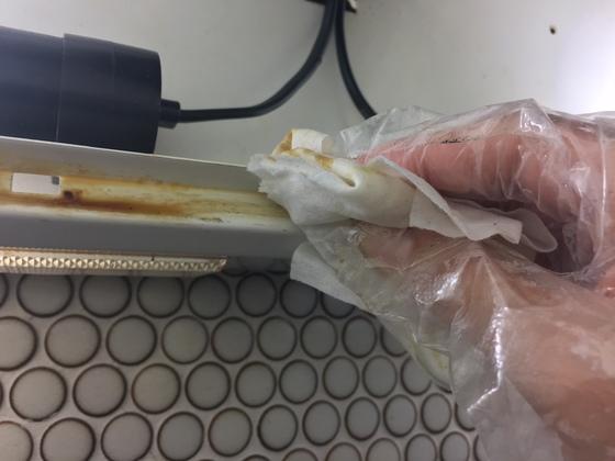 베이킹소다, 구연산, 주방세제를 1:1:1 비율로 섞어 만든 세제를 물티슈에 묻혀 후드에 남은 기름 때를 닦는다.