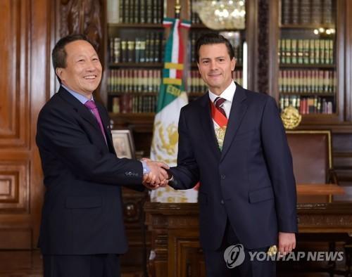 2016년 6월 엔리케 페냐 니에토 멕시코 대통령(오른쪽)과 만난 김형길 주멕시코 북한 대사 [EPA=연합뉴스]