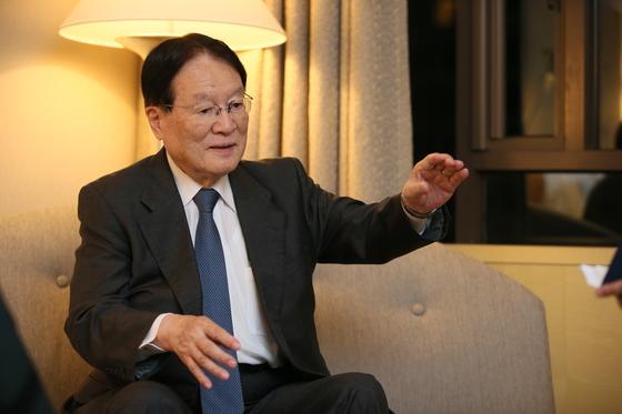 모리모토 전 일본 방위상이 지난 6일 인터뷰 중 북한 미사일의 비행 궤적을 설명하고 있다. [사진 국방부 제공]
