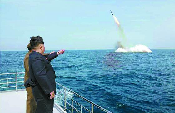 김정은 북한 노동당 위원장이 지난 2015년 잠수함 발사 탄도미사일(SLBM)의 수중발사 실험를 보고있다. 발사체에는 '북극성-1' 글씨가 적혀 있다. 북한은 핵무기 탑재를 준비하고 있다. [사진 노동신문]