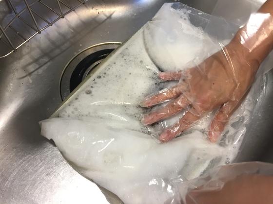 비닐봉지 안에서 망 구석구석까지 세제물이 잘 스며들도록 손으로 잘 눌러놓는다.