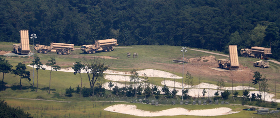 주한미군이 지난 7일 오전 경북 성주군 사드 기지에 추가로 반입한 사드 발사대를 점검하고 있다. [연합뉴스]