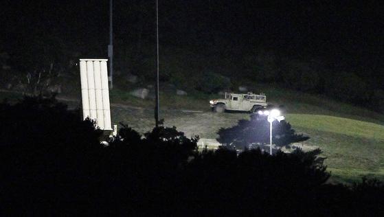 주한미군이 차량을 이용해 8일 밤 경북 성주 기지에서 전날 임시 배치가 완료된 고고도미사일방어(THAAD·사드) 체계 발사대 주변을 순찰하고 있다. [프리랜서 공정식]