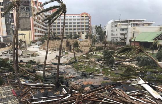 6일(현지시간) 허리케인 '어마'가 지나간 카리브해 생 마르탱 섬. 생 마르탱 섬에서만 지금까지 최소 4명이 사망하고 23명이 다쳤다. [멕시코시티 AP=연합뉴스]