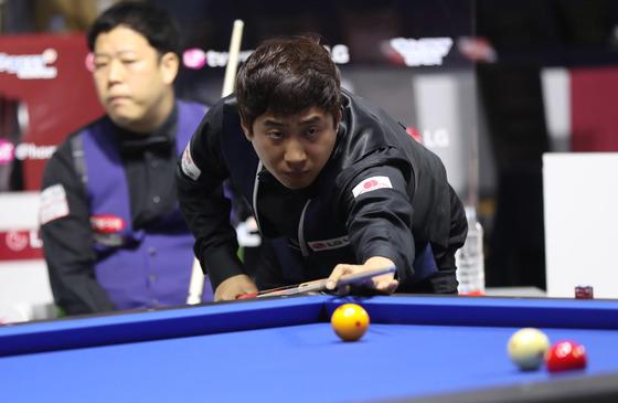 8강전의 홍진표(오른쪽)와 2015년 이 대회 우승자 강동궁. 홍진표가 강동궁을 꺽고 4강에 진출했다.